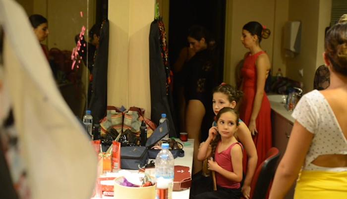 Peineta-flores-y-lunares-backstage5