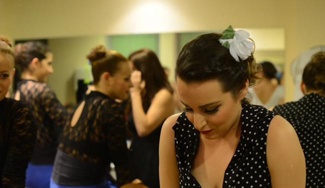 Peineta-flores-y-lunares-backstage7